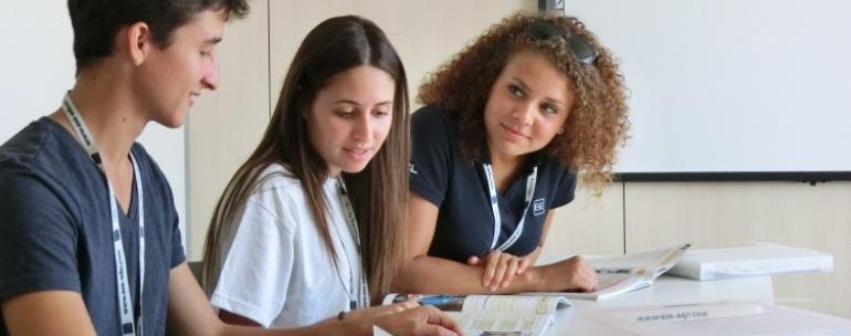 jóvenes en el curso de francés de Montpellier