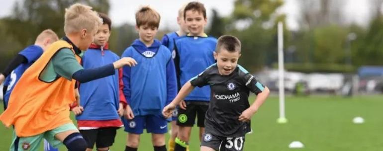 jóvenes jugando a fútbol